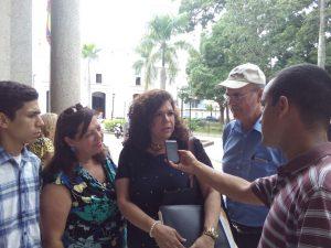 Familiares de Pancho y Gabo exigen libertad de sus hijos en la sede del <br> Palacios de Justicia de Cojedes