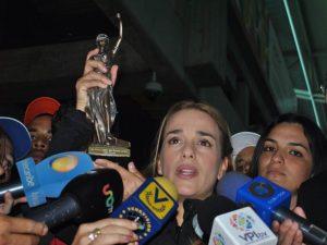 """Lilian Tintori recibe premio """"Paz, Justicia y Seguridad"""" por su lucha a favor <br> de la libertad y los DDHH en Venezuela"""