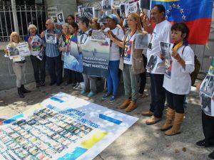 Familiares de presos políticos fueron recibidos por el Monseñor Claudio <br>Celli